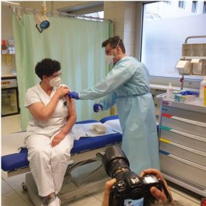 Die Pflegekoordinatorin Wilma Flunger bei der Impfung Foto: Landespresseamt
